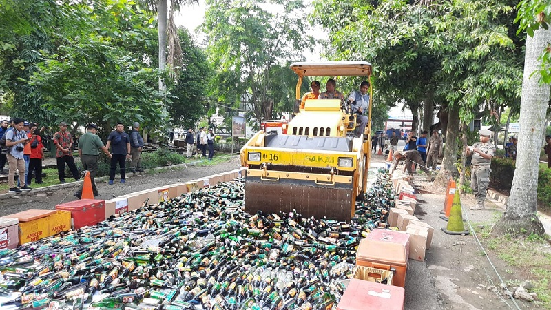 https: img-z.okeinfo.net content 2019 12 20 338 2144425 6-694-botol-miras-dan-56-kg-ganja-dimusnahkan-di-depok-jdDtwFPNTK.jpg