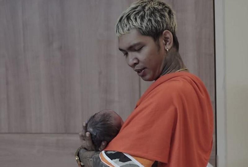 https: img-z.okeinfo.net content 2019 12 23 33 2145252 young-lex-temani-istri-melahirkan-anak-pertama-lewat-video-call-hzHgrSP2BV.jpg