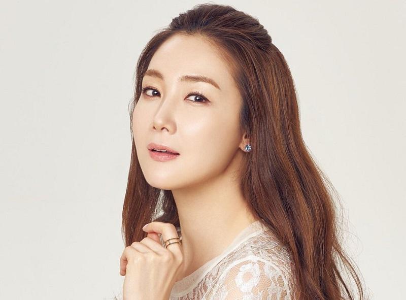 https: img-z.okeinfo.net content 2019 12 23 33 2145302 aktris-choi-ji-woo-hamil-anak-pertama-di-usia-44-tahun-As1mQErroJ.jpg