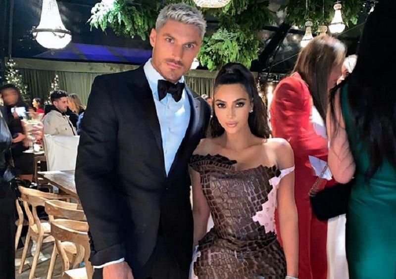 https: img-z.okeinfo.net content 2019 12 26 194 2146254 pesta-natal-keluarga-kardashian-jenner-kompak-pakai-gaun-super-seksi-iHS9hMlx3R.jpg