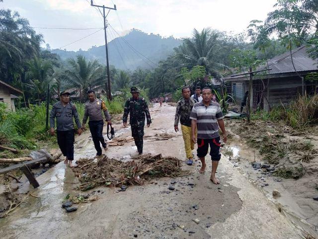 https: img-z.okeinfo.net content 2019 12 29 608 2147206 satu-keluarga-hilang-diduga-terseret-banjir-bandang-di-labuhanbatu-sumut-ooe7zBb5uw.jpg