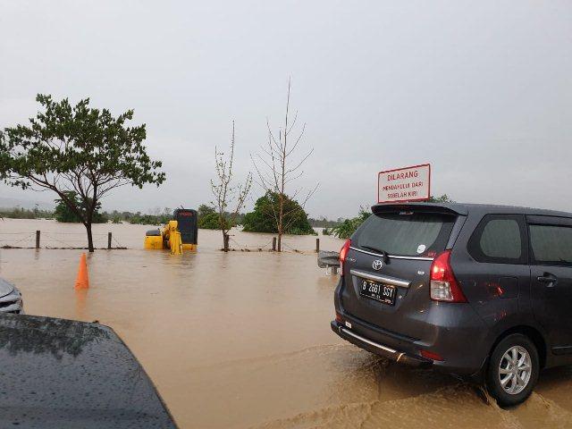 https: img-z.okeinfo.net content 2019 12 31 525 2147956 banjir-di-tol-cipali-capai-ketinggian-20-cm-sepanjang-250-meter-tFKcFpZJSQ.jpg