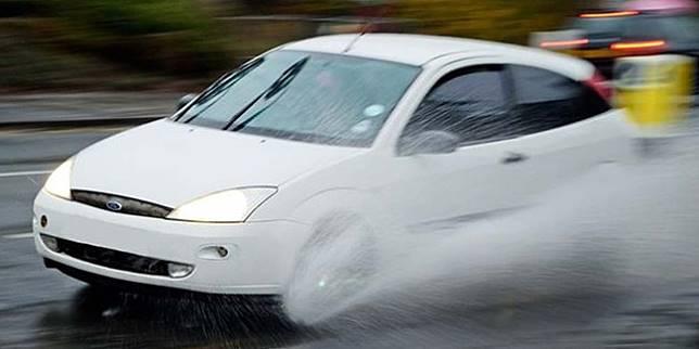 https: img-z.okeinfo.net content 2020 01 02 87 2148421 bahaya-aquaplaning-bagi-pengemudi-saat-lewati-jalan-tergenang-air-XRrmweYhFP.jpg
