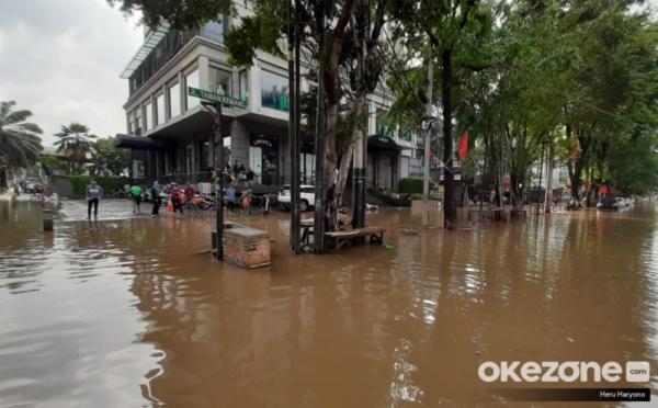 https: img-z.okeinfo.net content 2020 01 04 320 2149282 dampak-banjir-300-toko-ritel-di-jakarta-tutup-eSi7KbEHM0.jpg