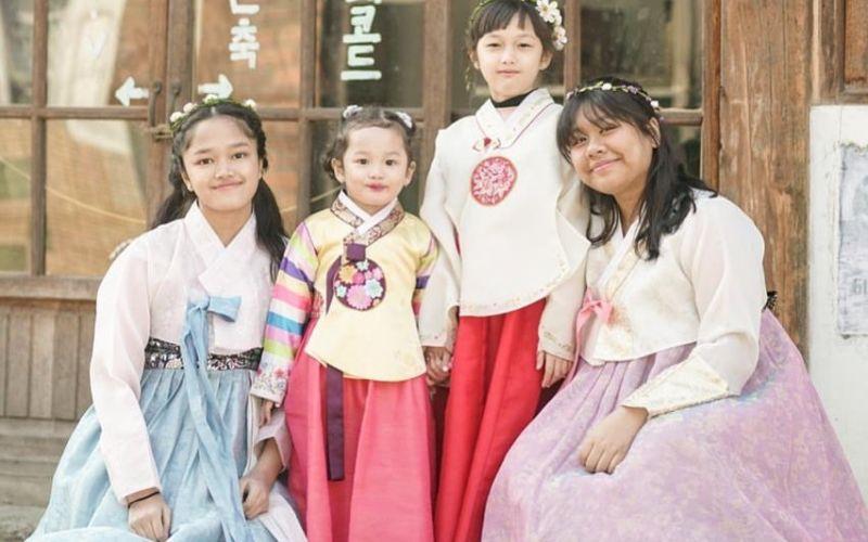 https: img-z.okeinfo.net content 2020 01 07 406 2150432 gaya-kompak-anak-anak-ussy-sulistiawaty-pakai-hanbok-mirip-gadis-korea-enggak-hpl7oFOuce.jpg