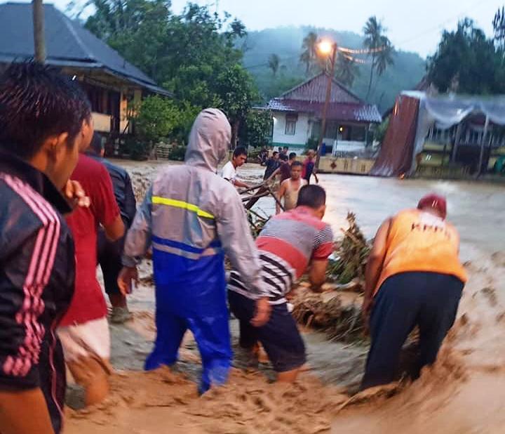 https: img-z.okeinfo.net content 2020 01 09 610 2151014 banjir-bandang-terjang-lahat-rumah-hanyut-dan-jalan-nasional-putus-w1pFfmkzxZ.jpg