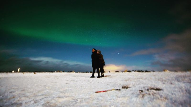 https: img-z.okeinfo.net content 2020 01 10 406 2151637 berburu-aurora-di-islandia-raffi-ahmad-dan-nagita-slavina-pelukan-manja-qiThXOx3hj.jpg