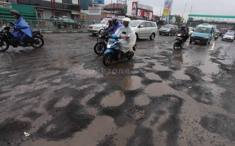 https: img-z.okeinfo.net content 2020 01 12 338 2152101 lebih-dari-sepekan-diguyur-hujan-sejumlah-jalan-di-jakarta-rusak-QEI5ltrF4T.jpg