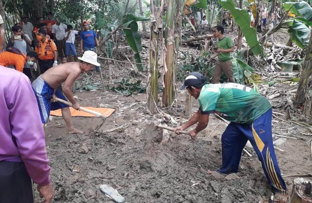 https: img-z.okeinfo.net content 2020 01 14 338 2152930 hanyut-saat-banjir-terjang-bogor-jasad-hilman-ditemukan-terkubur-lumpur-BKXTKrBOuZ.jpg