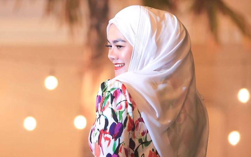 https: img-z.okeinfo.net content 2020 01 14 617 2152683 3-gaya-hijab-sarita-abdul-mukti-yang-memesona-DKdEXGvPv0.jpg