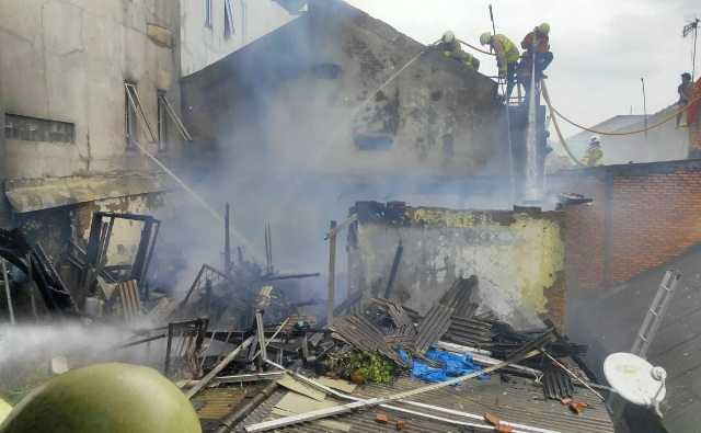 https: img-z.okeinfo.net content 2020 01 15 338 2153094 rumah-warga-di-kemayoran-terbakar-12-mobil-pemadam-diterjunkan-qDaCiPuMLz.jpg