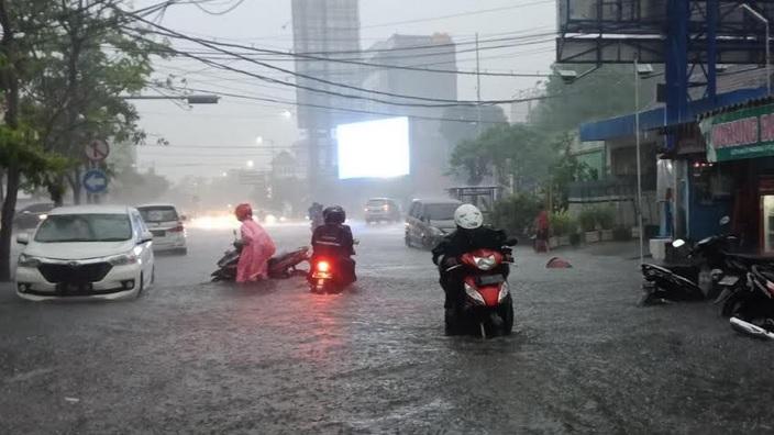 https: img-z.okeinfo.net content 2020 01 15 519 2153443 sejumlah-wilayah-di-surabaya-kebanjiran-usai-2-jam-diguyur-hujan-xQGq7zkk6t.jpg
