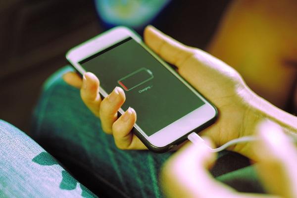 https: img-z.okeinfo.net content 2020 01 18 92 2154760 ini-caranya-bikin-baterai-ponsel-awet-seharian-AZgSr9PM9t.jpg
