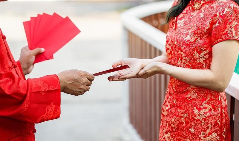 https: img-z.okeinfo.net content 2020 01 19 612 2155081 tradisi-imlek-di-indonesia-sudah-menikah-wajib-kasih-angpau-lLlYFscgQO.jpg