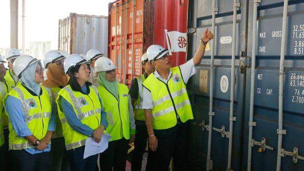 https: img-z.okeinfo.net content 2020 01 21 18 2155848 malaysia-kembalikan-150-kontainer-sampah-plastik-ke-negara-asal-oi7vwgvyjH.jpg