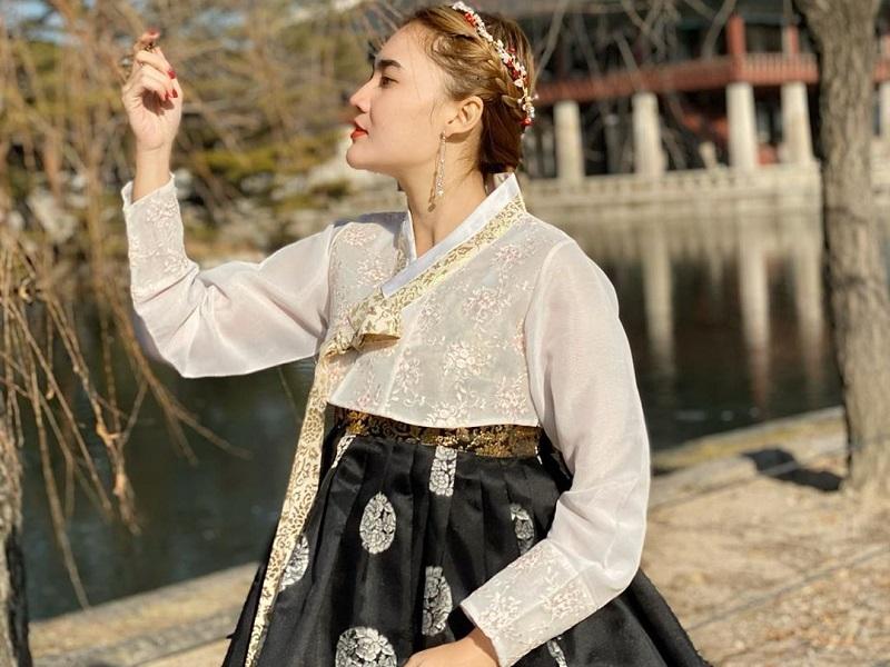 https: img-z.okeinfo.net content 2020 01 22 406 2156615 intip-liburan-nella-kharisma-di-korea-tampil-menawan-pakai-hanbok-b5eNcAPCkS.jpg