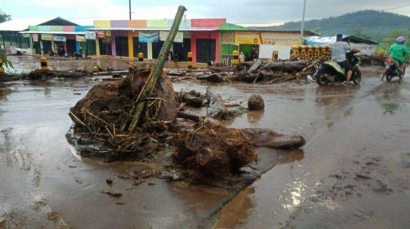 https: img-z.okeinfo.net content 2020 01 24 519 2158003 banjir-bandang-terjang-2-desa-di-malang-5-motor-hanyut-xBDsxUW7Ak.jpg