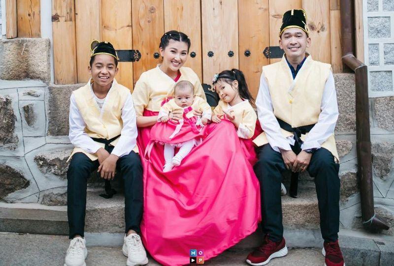 https: img-z.okeinfo.net content 2020 01 25 33 2158141 tradisi-imlek-ruben-onsu-dan-sarwendah-pakai-baju-kembar-sekeluarga-rWpF8C5eSl.jpg