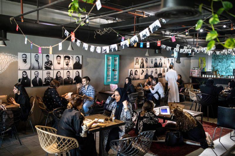 https: img-z.okeinfo.net content 2020 01 25 612 2158182 pria-wanita-kini-boleh-kongko-dalam-satu-kedai-kopi-di-saudi-G8HS5dPDwJ.jpg