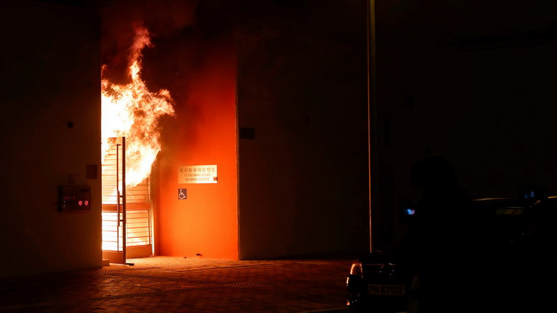 https: img-z.okeinfo.net content 2020 01 27 18 2158958 warga-protes-gedung-karantina-virus-korona-di-hong-kong-diserang-bom-molotov-P4XeJ4mSfE.jpg