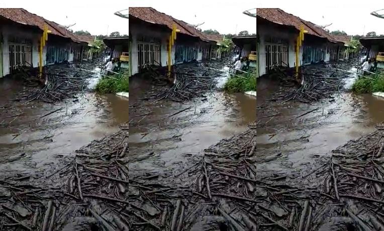 https: img-z.okeinfo.net content 2020 01 29 519 2160320 2-orang-terluka-akibat-banjir-bandang-di-bondowoso-xiHVO4YOdh.jpg