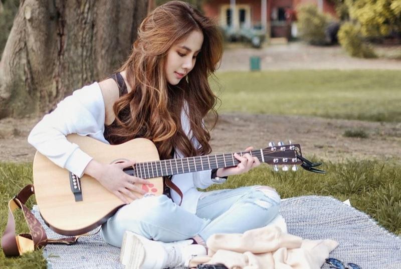 https: img-z.okeinfo.net content 2020 01 31 205 2161380 transformasi-dari-penyanyi-cilik-ke-remaja-agatha-chelsea-rilis-lagu-cinta-JsofQBfVad.jpg