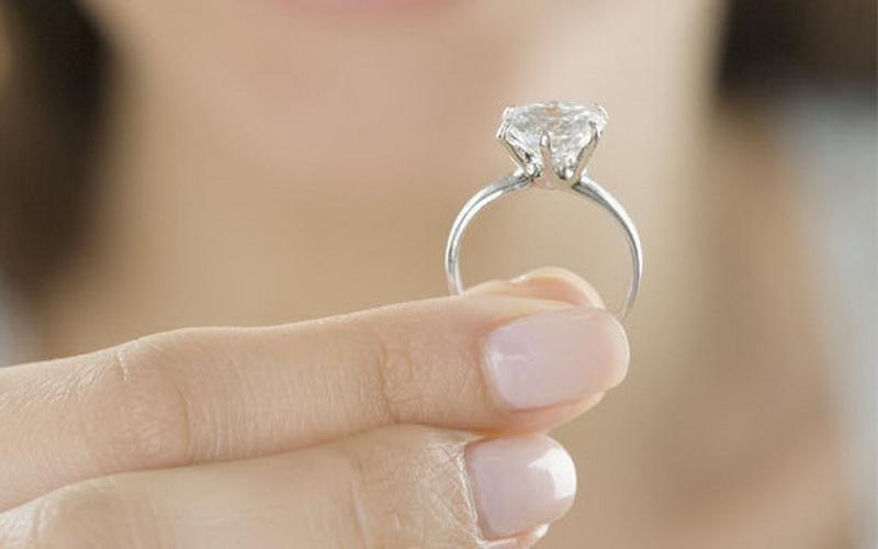 https: img-z.okeinfo.net content 2020 02 04 196 2163095 kenapa-cincin-pertunangan-perempuan-ada-di-jari-manis-kiri-dh1uvA78Cp.jpg