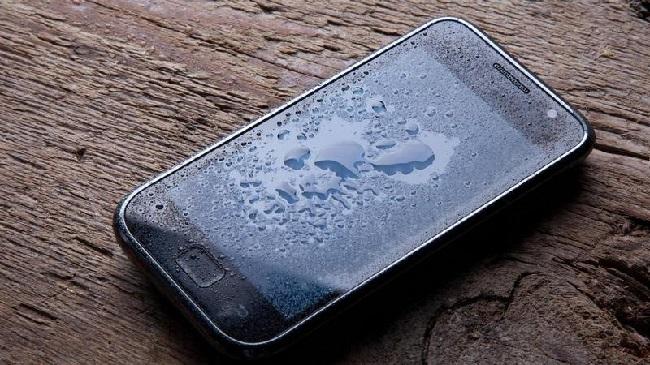 https: img-z.okeinfo.net content 2020 02 04 92 2162982 3-cara-keringkan-ponsel-setelah-basah-terkena-air-hujan-D7g1cPmasK.jpg