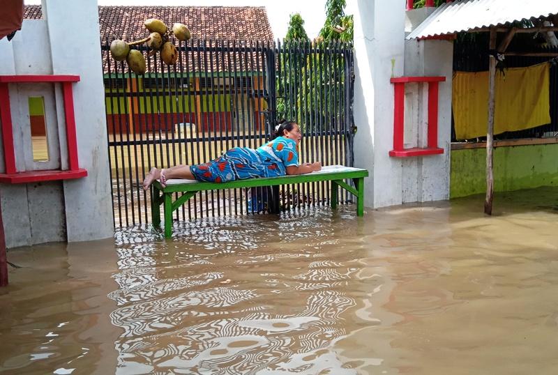 https: img-z.okeinfo.net content 2020 02 06 525 2164583 tanggul-jebol-dan-pendangkalan-sungai-jadi-biang-kerok-cirebon-sering-dilanda-banjir-2HL9gBOfyb.jpg