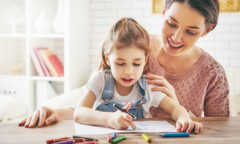 https: img-z.okeinfo.net content 2020 02 09 196 2165636 orangtua-ajarkan-anak-bahasa-inggris-sedini-mungkin-begini-kata-psikolog-nc6CvgRiwA.jpg