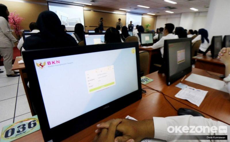 https: img-z.okeinfo.net content 2020 02 10 320 2166224 peserta-skd-ini-lepas-cincin-kawinnya-saat-mengikuti-ujian-skd-THVte39poP.jpg