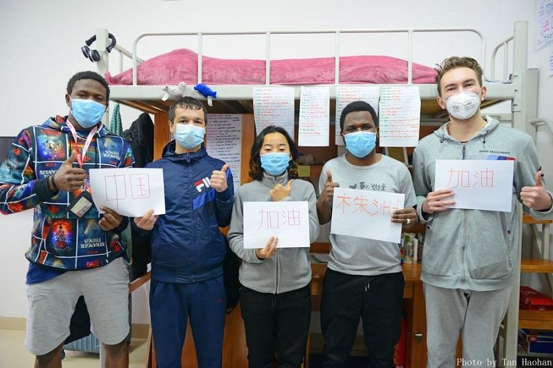 https: img-z.okeinfo.net content 2020 02 10 612 2166125 aksi-mahasiswa-asing-dukung-china-lawan-virus-korona-wuhan-kami-bersamamu-LNqsHY45Af.jpeg