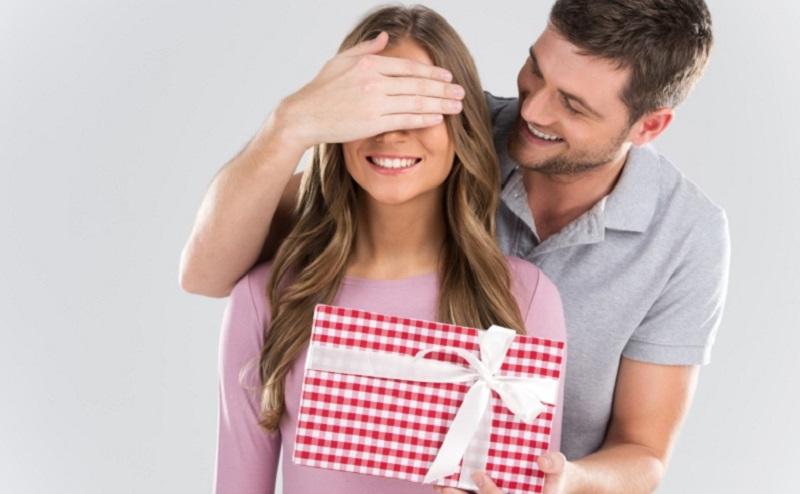 https: img-z.okeinfo.net content 2020 02 12 194 2167502 jelang-valentine-ini-3-pilihan-hadiah-menarik-untuk-kekasihmu-3fekANKCOU.jpg