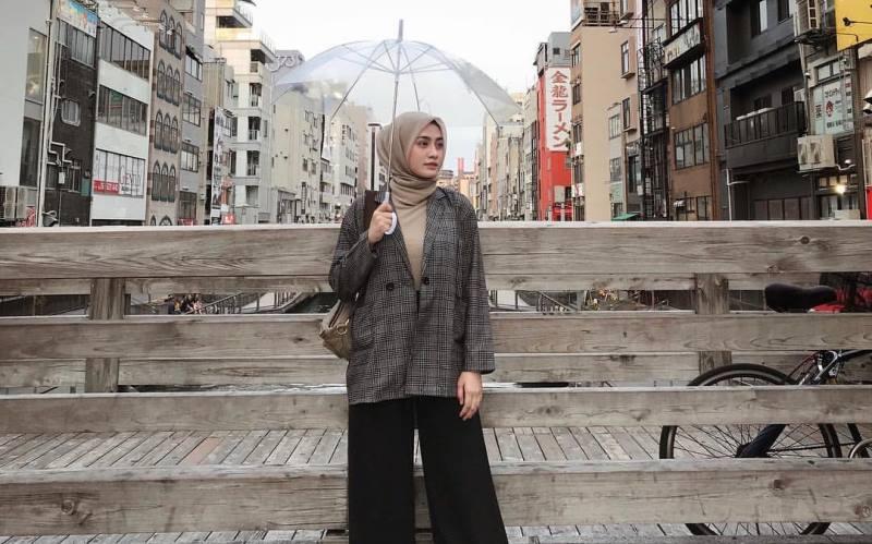 https: img-z.okeinfo.net content 2020 02 13 617 2167729 4-gaya-hijab-yang-bikin-kamu-tetap-cakep-saat-musim-hujan-a6el1LOe5c.jpg