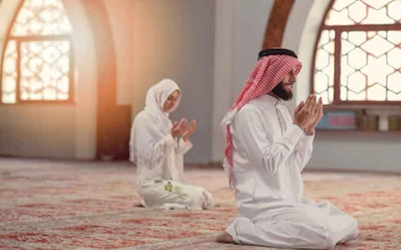 https: img-z.okeinfo.net content 2020 02 21 330 2172006 tuntunan-saf-salat-begini-posisinya-jika-muslimah-jadi-makmum-atau-imam-IF2N8W8Ggv.jpg