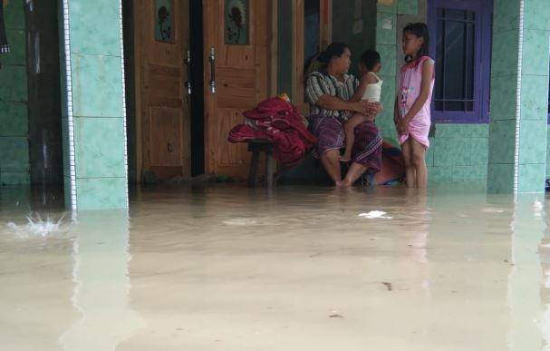 https: img-z.okeinfo.net content 2020 02 21 512 2171805 tim-sar-evakuasi-puluhan-warga-korban-banjir-luapan-sungai-kesambi-LXzmze5AOb.JPG