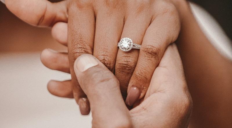 https: img-z.okeinfo.net content 2020 02 23 196 2172899 adakah-tanda-tanda-orang-siap-menikah-CdbPJq8J6O.jpg