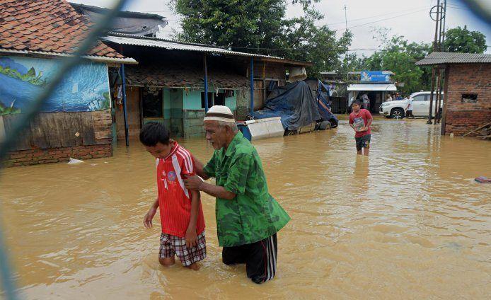 https: img-z.okeinfo.net content 2020 02 26 338 2174397 tanggul-sungai-citarum-jebol-warga-muaragembong-bekasi-kebanjiran-i1lzaaS1Gb.jpg