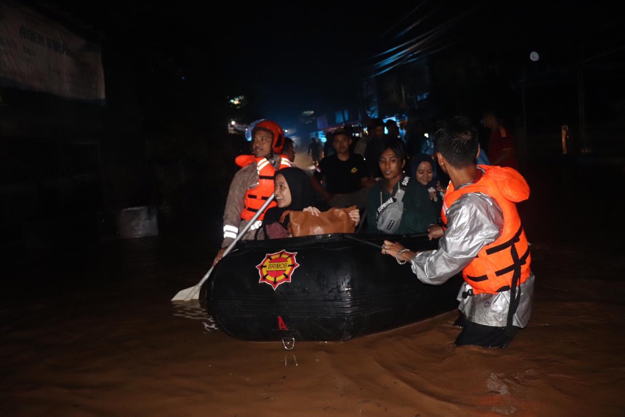 https: img-z.okeinfo.net content 2020 02 28 525 2175858 banjir-kepung-kabupaten-sumedang-1LQ7rESJgT.jpg