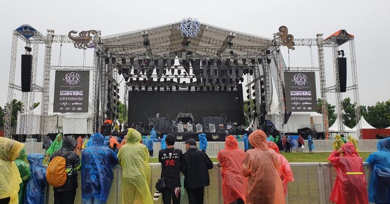 https: img-z.okeinfo.net content 2020 03 01 205 2176491 hujan-penonton-tetap-antusias-tonton-konser-scorpion-dan-whitesnake-JvOBAi2cik.jpg
