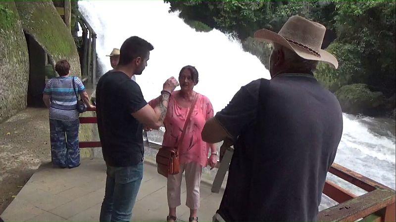 Puluhan Turis Hongaria Berkunjung ke Air Terjun Bantimurung Maros
