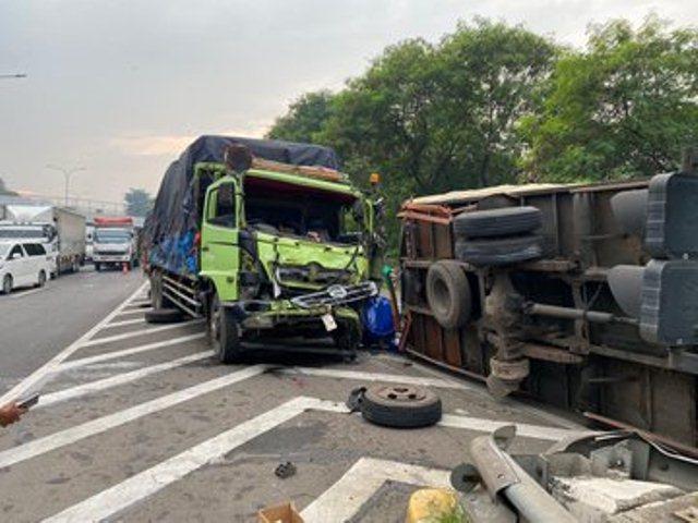 https: img-z.okeinfo.net content 2020 03 18 338 2185019 dua-truk-terlibat-kecelakaan-di-tol-jorr-taman-mini-bmXBxlaXGp.jpg