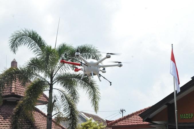 https: img-z.okeinfo.net content 2020 03 24 65 2188258 cegah-penyebaran-corona-drone-umm-dikerahkan-semprot-disinfektan-ke-permukiman-padat-rTQadxPF7S.jpg