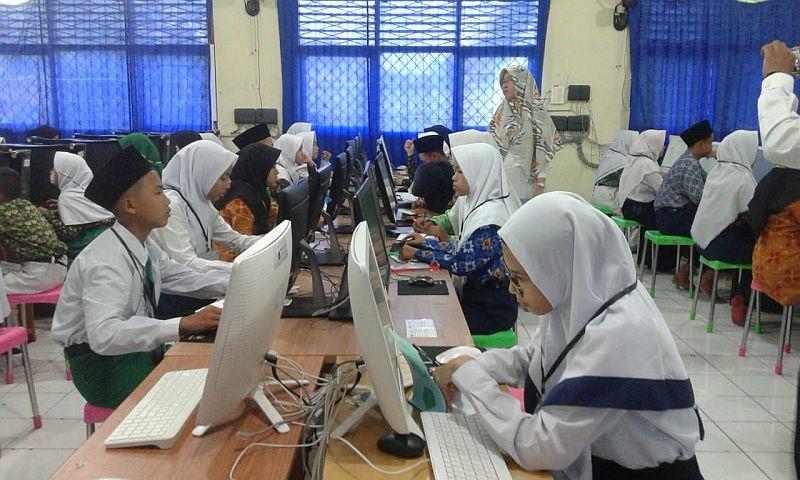 https: img-z.okeinfo.net content 2020 03 25 65 2188668 un-dan-uambn-madrasah-ditiadakan-kemenag-imbau-siswa-fokus-belajar-di-rumah-Tw4tmxdu5b.jpg