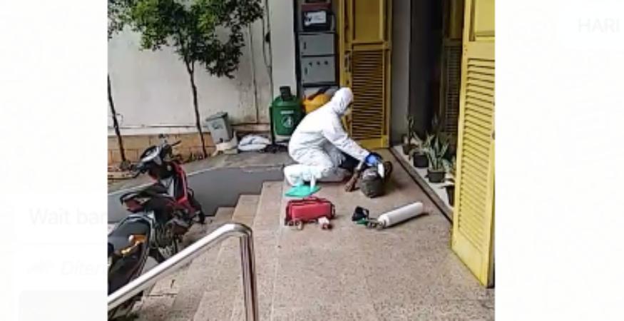 https: img-z.okeinfo.net content 2020 03 27 338 2189716 viral-video-wna-jatuh-pingsan-di-tebet-dievakuasi-petugas-kenakan-apd-FMrwPBtznF.png