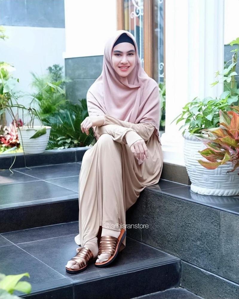 https: img-z.okeinfo.net content 2020 03 31 617 2191647 inspirasi-hijab-syar-i-ala-kartika-putri-modis-dan-simpel-Jjmq0ZWqri.jpg