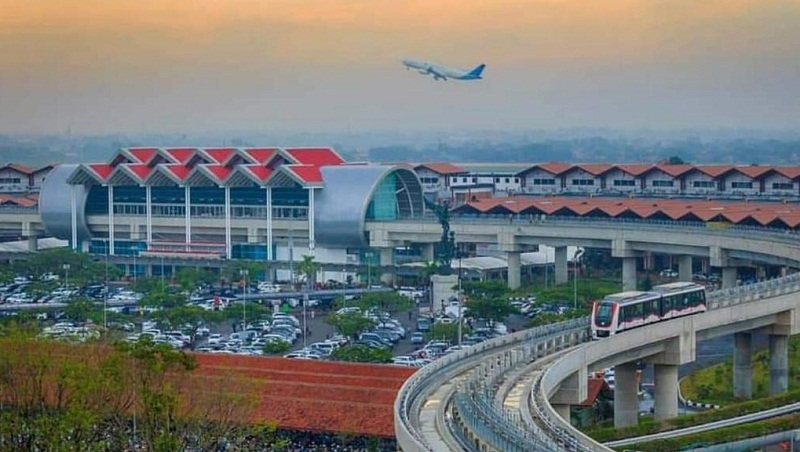https: img-z.okeinfo.net content 2020 04 03 320 2193381 cegah-covid-19-operasional-bandara-mulai-disesuaikan-dengan-pergerakan-penumpang-GrFYqJTeyV.jpg