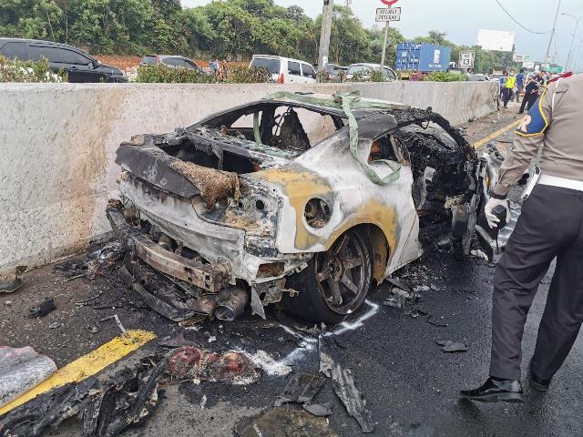 https: img-z.okeinfo.net content 2020 04 04 338 2194169 saat-kecelakaan-di-tol-jagorawi-mobil-wakil-jaksa-agung-terbakar-hRZcX4V0GA.jpg