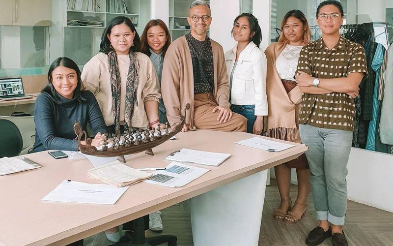https: img-z.okeinfo.net content 2020 04 07 194 2195280 desainer-didiet-maulana-bongkar-rahasia-dapur-kreatif-ikat-indonesia-teSB50Hl8v.jpg