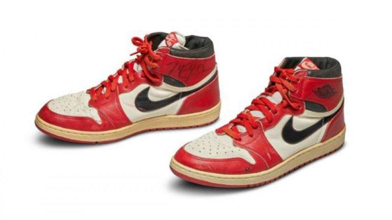 https: img-z.okeinfo.net content 2020 05 20 43 2217076 dilelang-rp8-2-miliar-sepatu-debut-michael-jordan-jadi-yang-termahal-di-dunia-B5UUakCKol.jpg